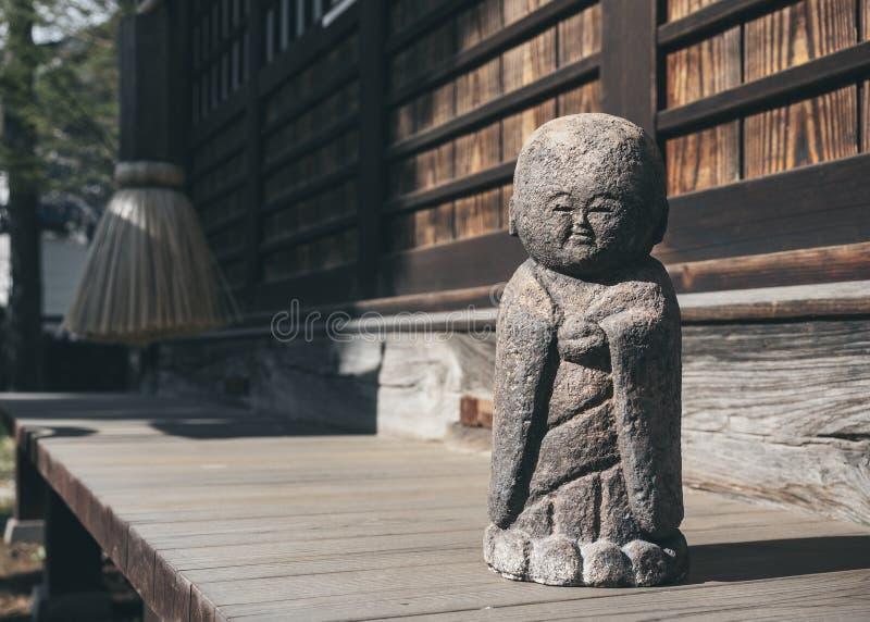 Japanische Steinpuppe Garten-Dekorationstrachtenmode lizenzfreie stockfotos