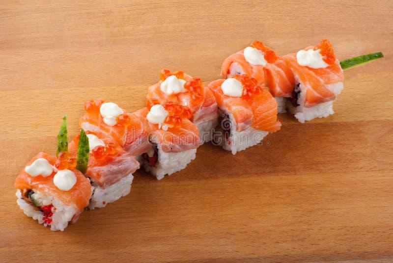 Japanische Sushi der Nahaufnahme auf hölzerner Platte lizenzfreies stockfoto