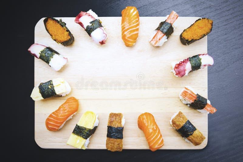 Japanische Sushi gedient auf der hölzernen Platte stockfoto