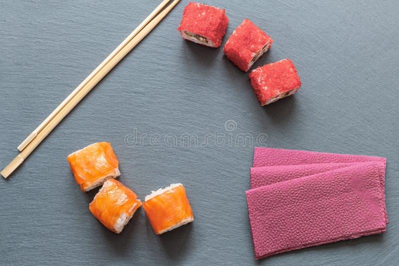 Japanische Sushi gemacht vom Reis und vom Wolfsbarsch, Garnele und geräucherter Aal mit Kaviar des fliegenden Fisches mit Philade lizenzfreies stockbild