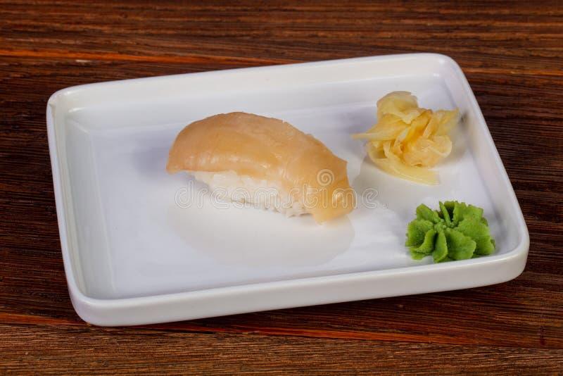 Japanische Sushi mit Kamm-Muscheln lizenzfreie stockfotos