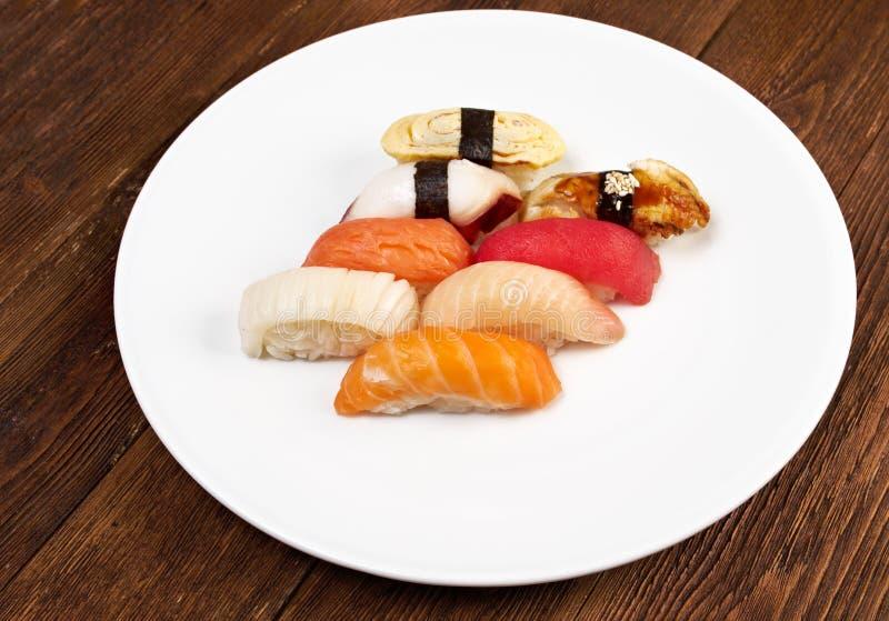 Japanische Sushi mit Reis und Fischen stockbild