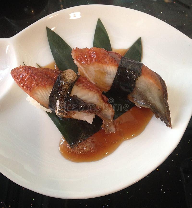 Japanische Sushifische auf traditionellem Lebensmittel des Reises stockfotos