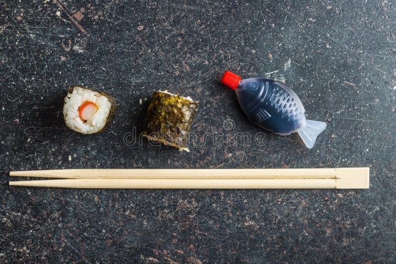 Japanische Sushirollen, Essstäbchen und Fischsauce stockfotos
