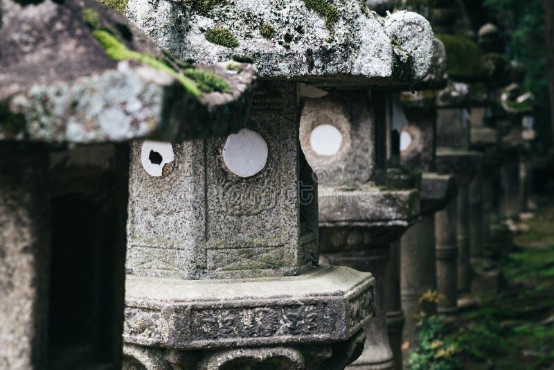 Japanische traditionelle Steinlaternen in Japan lizenzfreie stockfotos