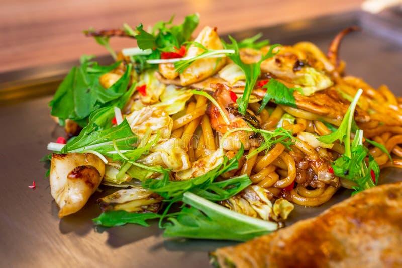 Japanische yakisoba Nudeln mit Meeresfrüchten stockbild