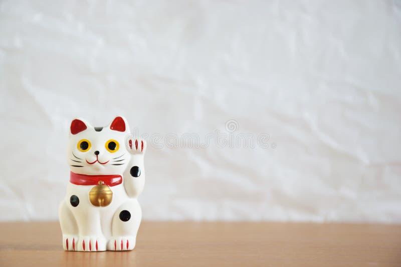 Japanische zuwinkende Katzenpuppe (maneki-neko) lizenzfreie stockbilder