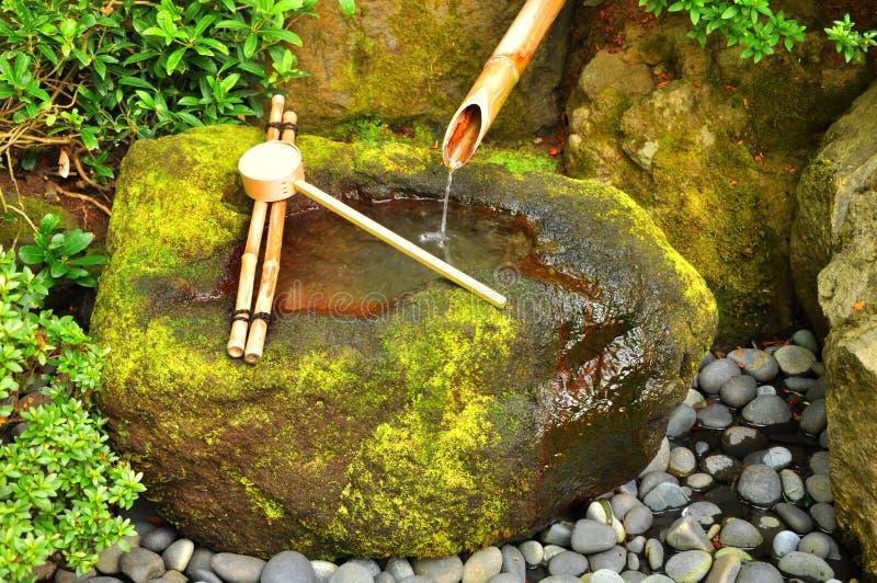 Japanischer Bambusbrunnen lizenzfreie stockbilder