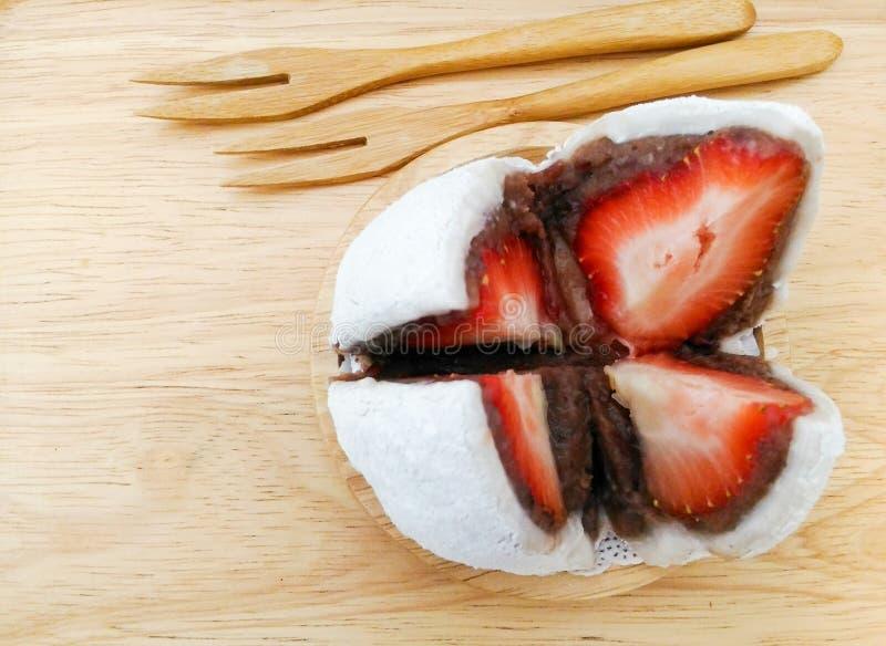 Japanischer Bonbon, Erdbeere-daifuku stockbilder
