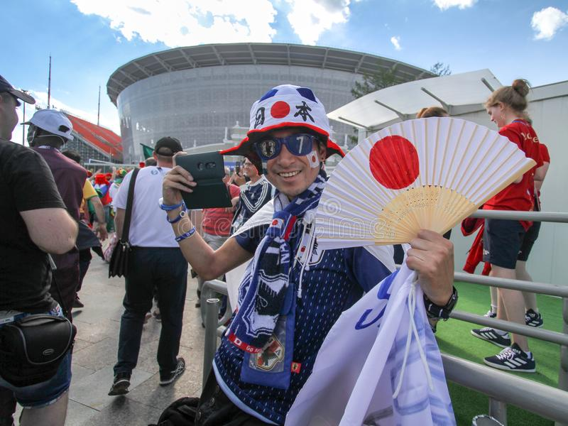 Japanischer Fan des Fußballs mit Japan-Symbol vor Fußballspiel stockfotos