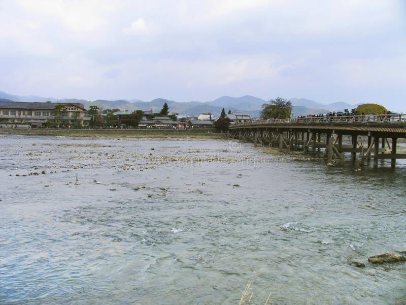 Japanischer Fluss und Stadt stockfotografie