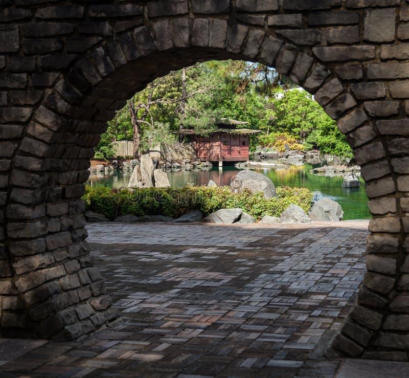 Japanischer Garten durch Mond-Tor stockbilder