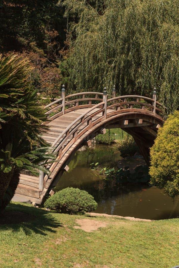 Japanischer Garten mit einem koi Teich lizenzfreies stockbild