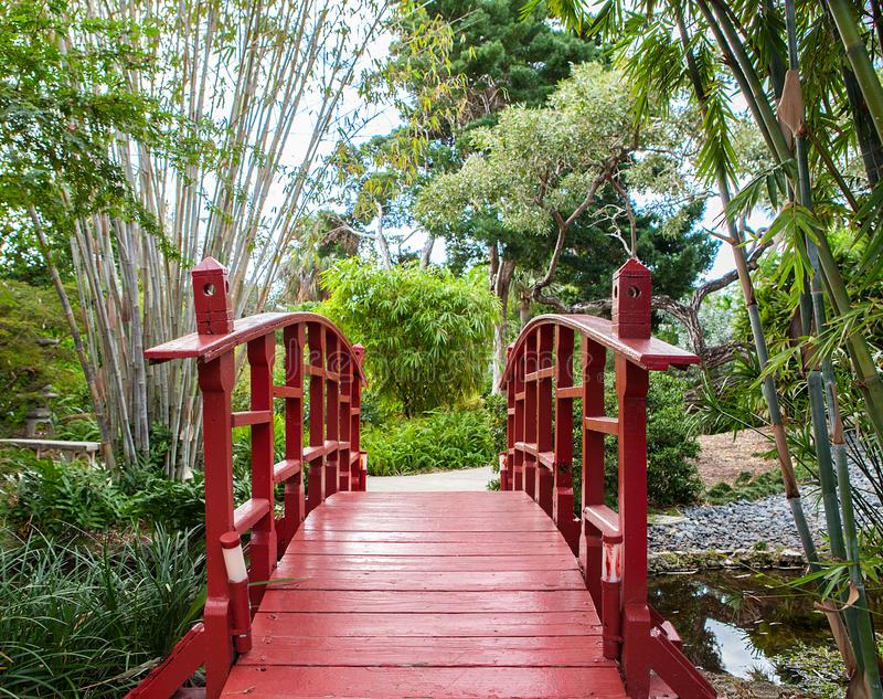 Japanischer Garten mit roter Brücke stockfotografie