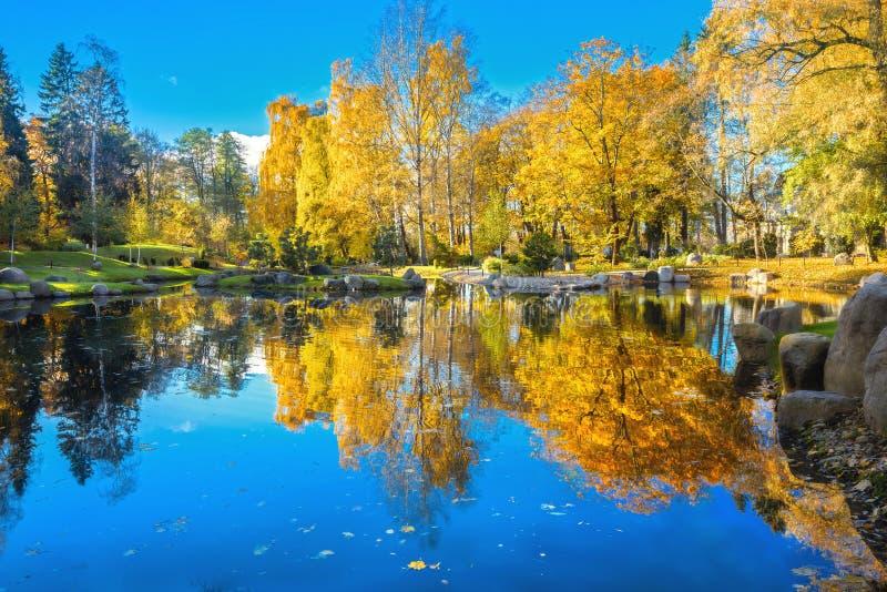 Japanischer Garten von Steinen im Park Kadriorg mit schönem Teich am goldenen Herbst Tallinn, Estland lizenzfreies stockbild