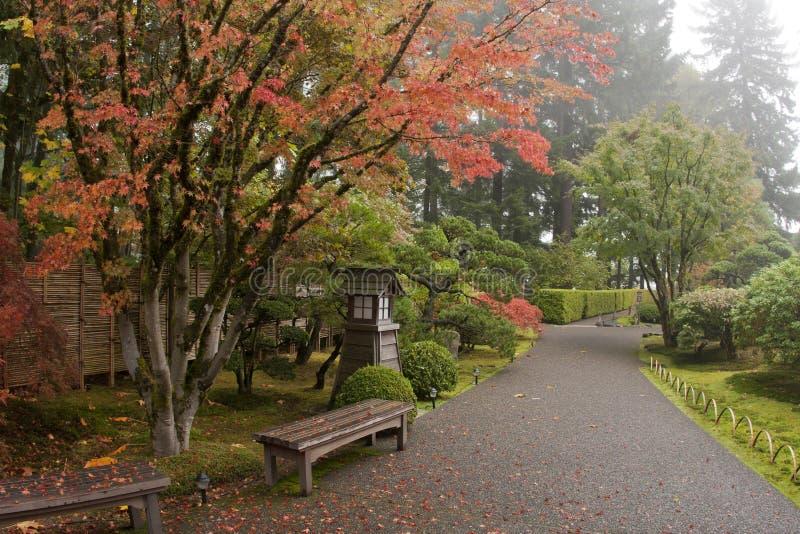 Japanischer Gartenpfad - Weitwinkel stockfotografie