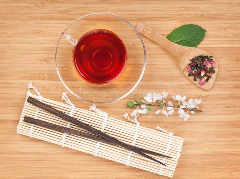Japanischer grüner Tee und Kirschblüte-Niederlassung lizenzfreie stockbilder