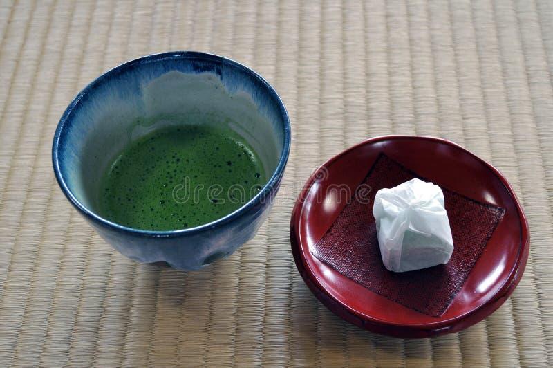 Japanischer grüner Tee und Kuchen lizenzfreie stockfotos