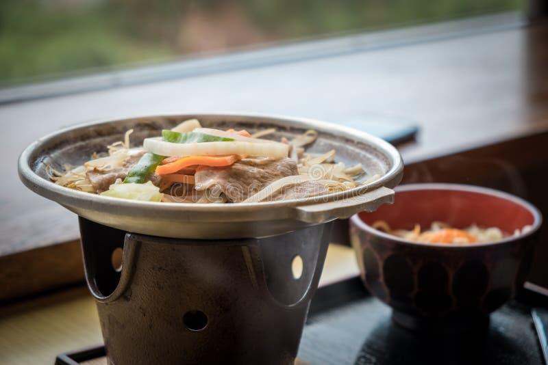 Japanischer heißer Topf mit Schweinefleisch und viele Gemüse lizenzfreie stockfotos