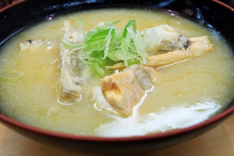 Japanischer Hintergrund der riesigen Suppe der Fischgräten festen Nahrungsmittel- Bild lizenzfreie stockfotografie