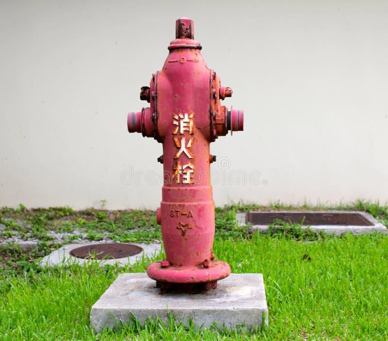 Japanischer Hydrant nahe Gebäude lizenzfreie stockfotografie