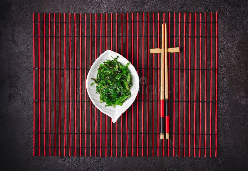 Japanischer Küche Chuka-Meerespflanzen-Salat in der keramischen Schüssel lizenzfreies stockbild