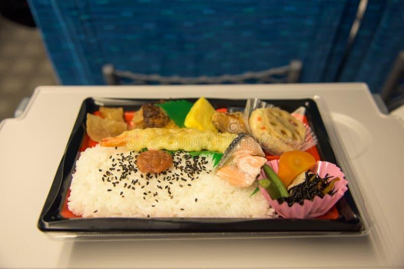 Japanischer Kasten in Zug Shinkansen oder der Kugel lizenzfreie stockbilder