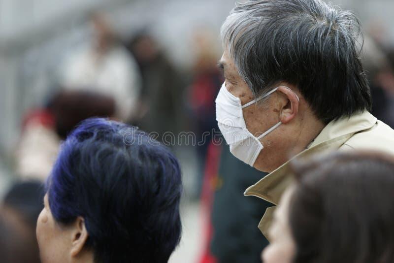 Japanischer Mann mit Schablone stockfotos