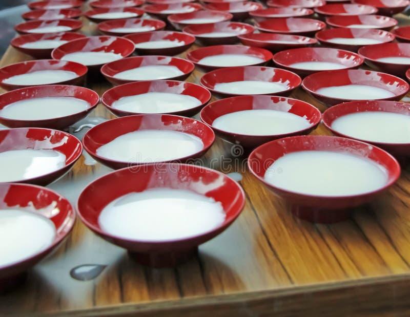 Japanischer Milchpudding in den traditionellen Porzellanschüsseln stockbilder