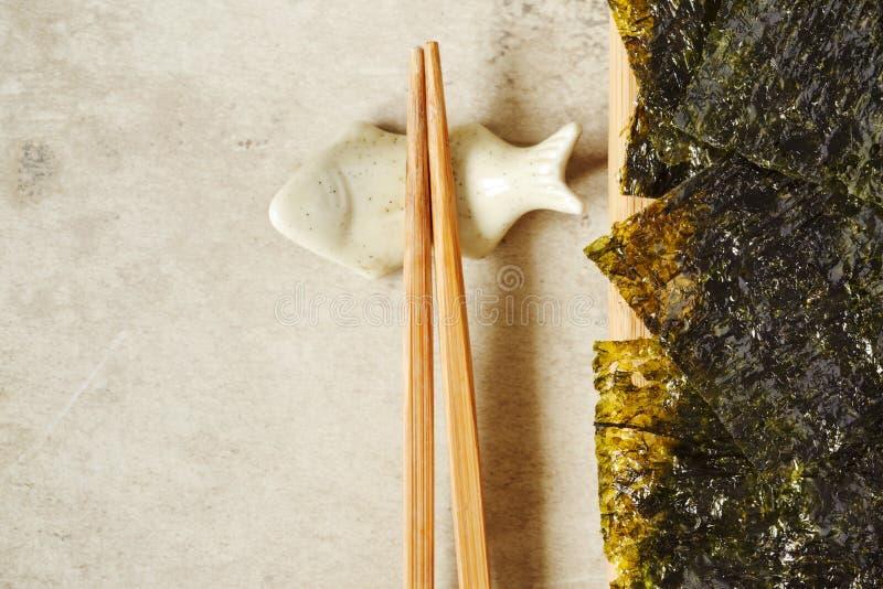 Japanischer oder koreanischer gebratener Meerespflanzenimbiß Gebratene getrocknete Meerespflanze, gesunder Imbiss stockfotografie