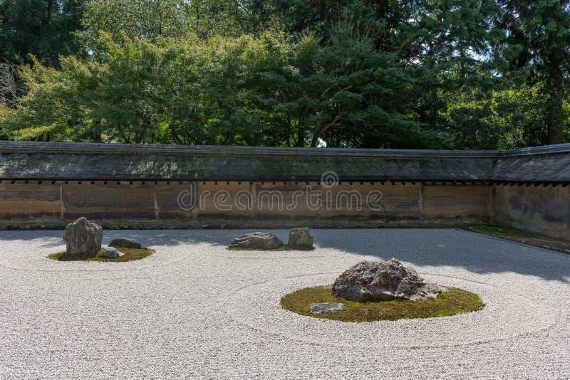 Japanischer orientalischer Felsen, Stein, Sand und Moos arbeiten im Garten stockbild