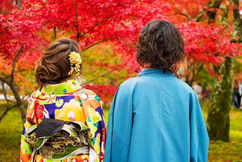 Japanischer Paar-Abnutzungs-Kimono am Herbst lizenzfreies stockfoto