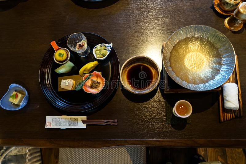 Japanischer ryokan kaiseki Abendessenaperitif einschließlich hors d ` Gesamtwerkteller, heiße Topfvorbereitung, Sojasoßenschüssel stockbilder