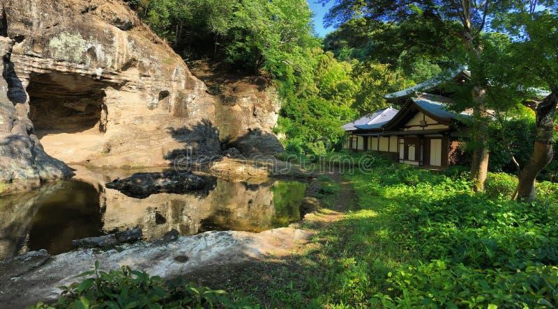 Japanischer Tempel und Höhle lizenzfreies stockbild