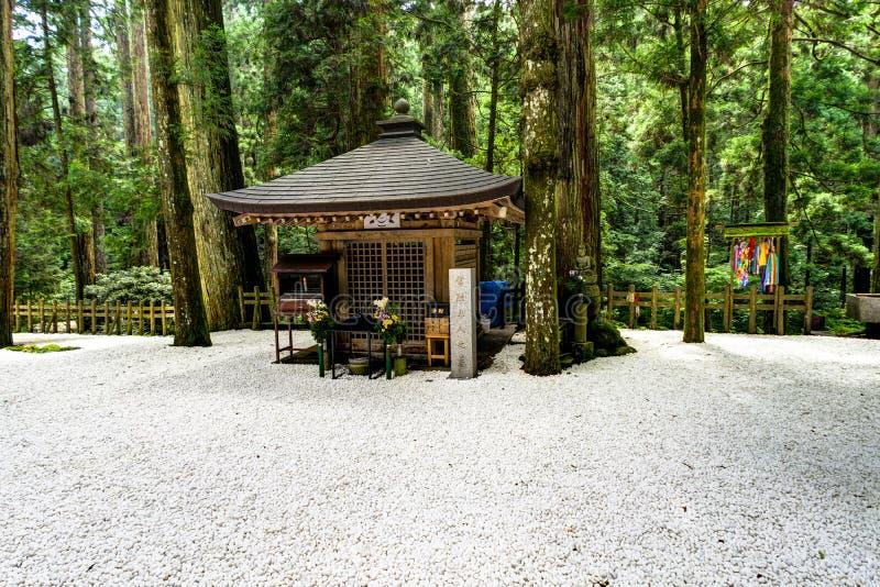 Japanischer traditionelles Gebäude-Tempel-Schrein mit weißem Kies stockbilder