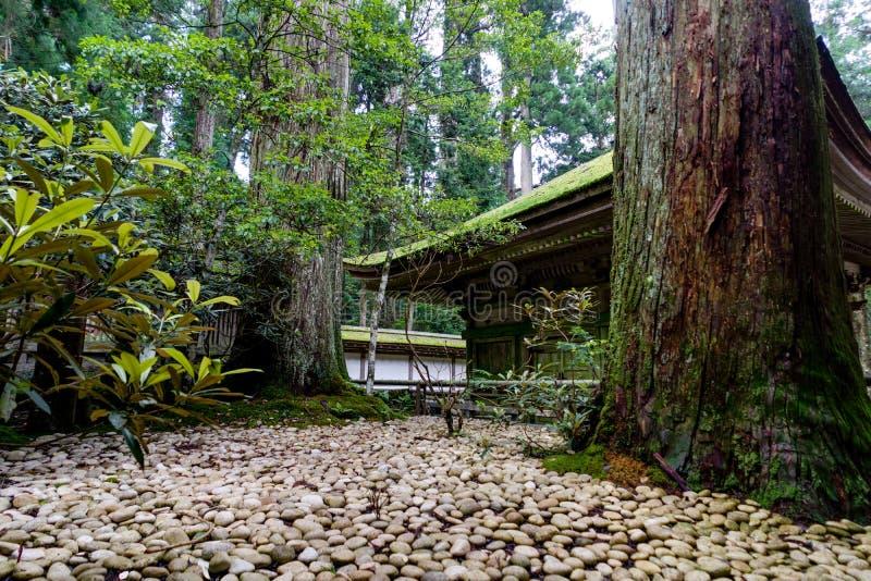 Japanischer traditionelles Gebäude-Tempel-Schrein mit weißem Kies stockbild