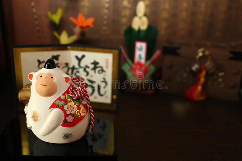 Japanischer weißer Affe des neuen Jahres und die Feiergegenstände stockfoto