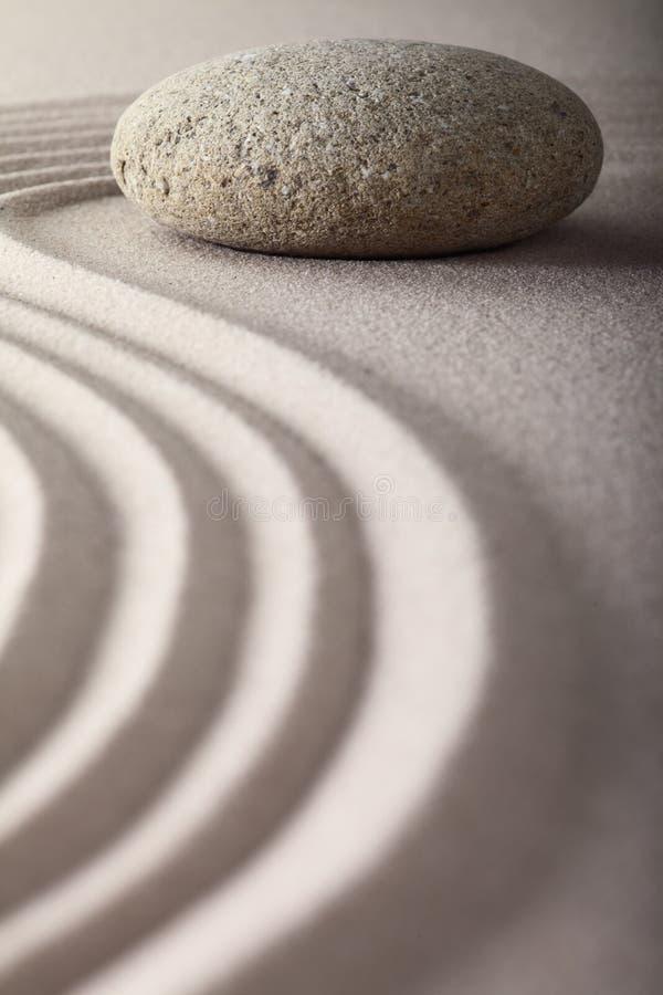 Japanischer Zengarten harkte Sandsteinmeditation stockbilder