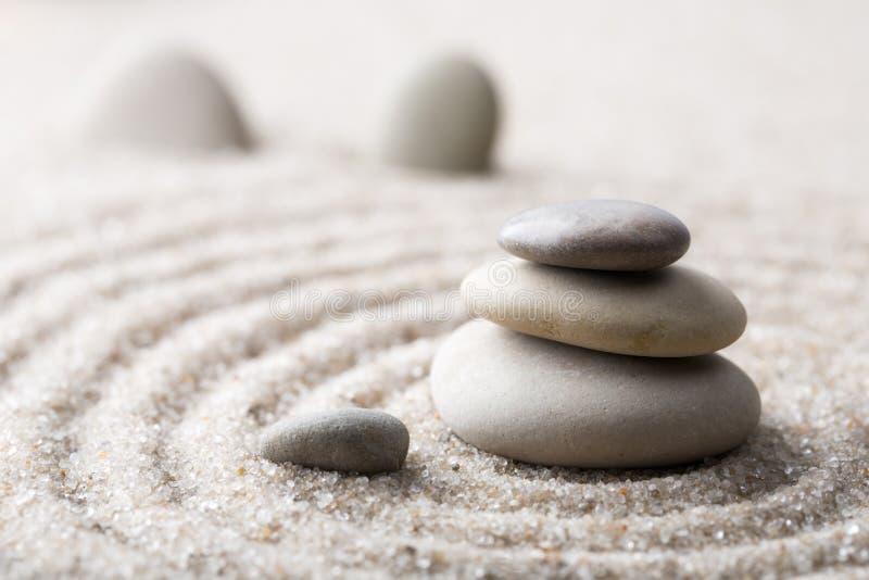 Japanischer Zengarten-Meditationsstein für Konzentrations- und Entspannungssand und Felsen für Harmonie und Balance in reiner Ein lizenzfreies stockbild