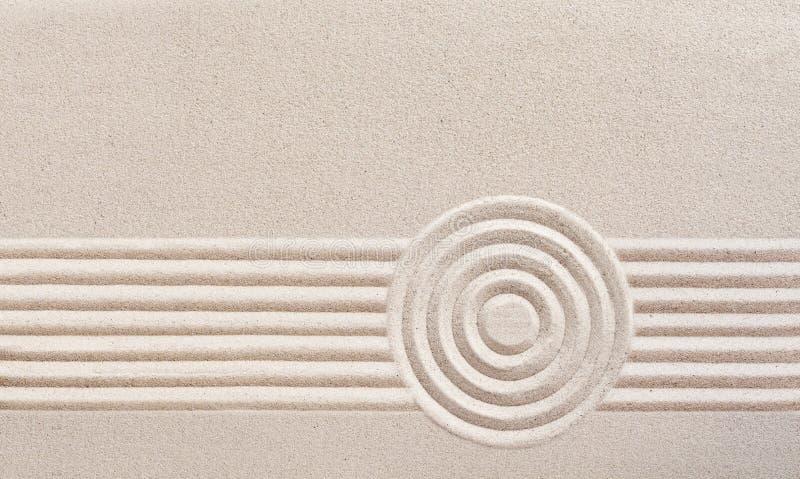 Japanischer Zengarten mit geharktem Sand stockfotos