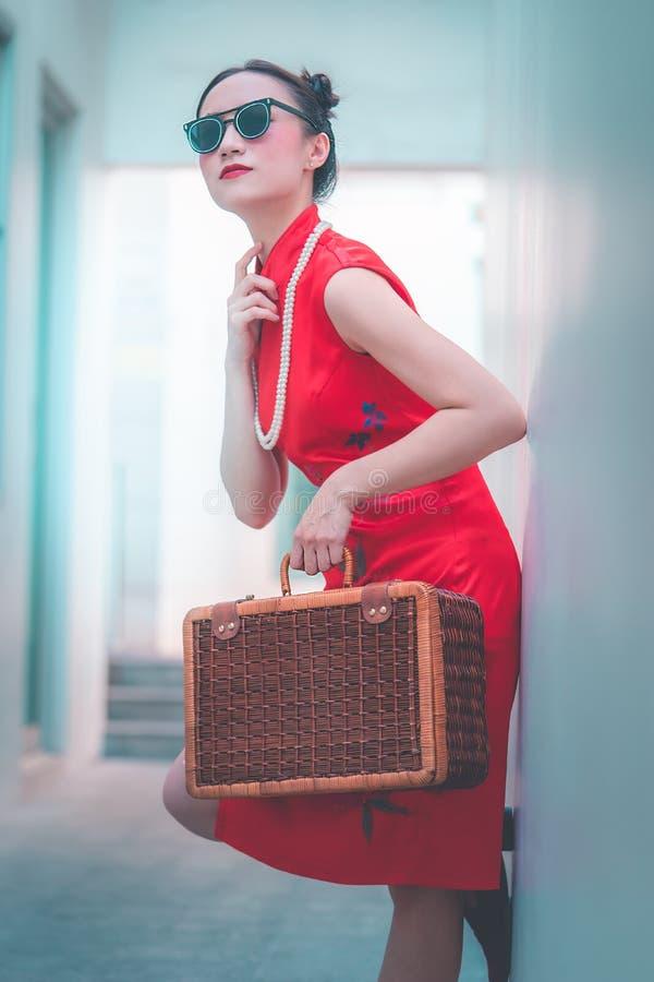 Japanisches chinesisches Mädchen mit asiatischem Reisekonzept der hölzernen Gepäckweinlese stockfoto