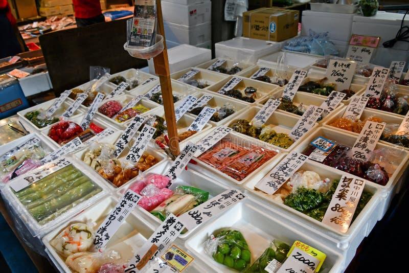 Japanisches in Essig eingelegtes Gemüse im Verkauf an äußerem Markt Tsukiji, Tokyo stockbilder