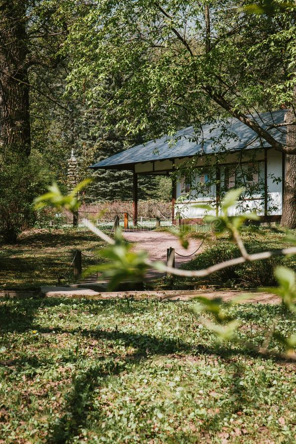 Japanisches Haus der Fassade in einem Sommergarten unter grünen Bäumen stockfotos