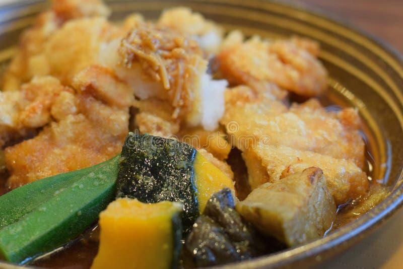 Japanisches Küchehuhn-katsu Kotelett mit Gemüse stockbild