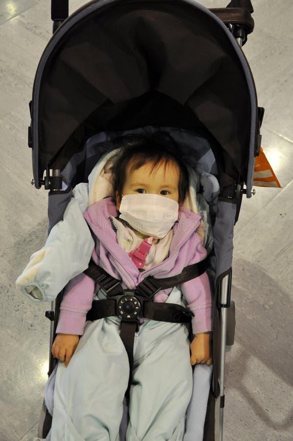 Japanisches Kleinkind mit Gesichtsmaske lizenzfreie stockfotografie