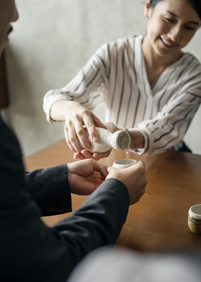 Japanisches Kulturgießen der Teezeremonie lizenzfreies stockfoto