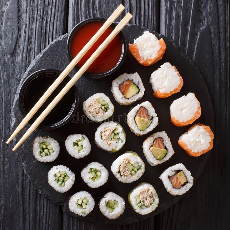 Japanisches Lebensmittel: ein Menü von Rollen mit Meeresfrüchtenahaufnahme mit Soßen lizenzfreie stockbilder