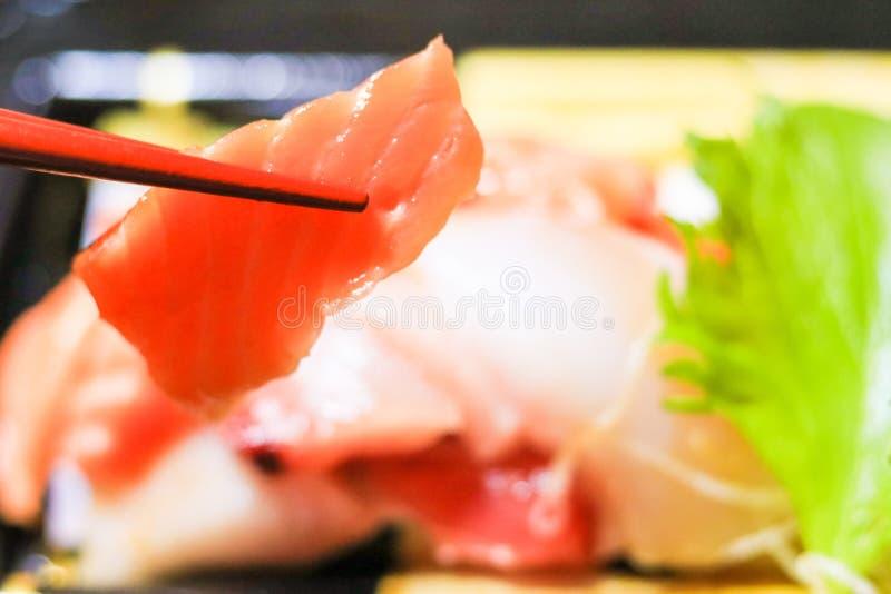 Japanisches Lebensmittel, sashimiwith Essstäbchen lizenzfreie stockfotografie