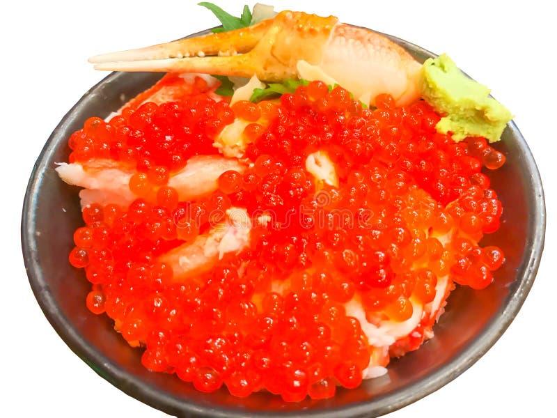Japanisches Lebensmittel: Selektiver Fokus des Lachsrogens, Krebsfleischsashimi auf Reisschale lizenzfreies stockfoto