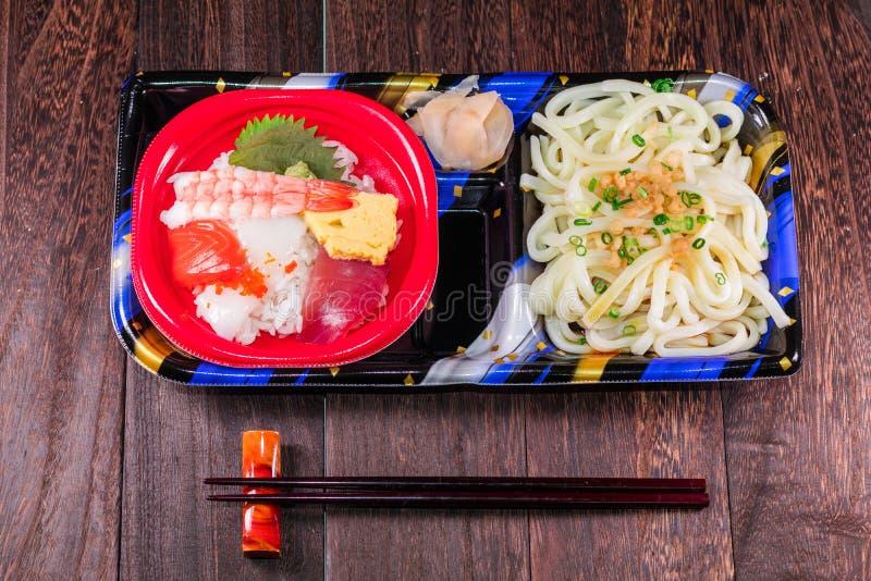 Japanisches Lebensmittel Tekka Don und Udonnudeln, japanische Küche lizenzfreie stockfotos